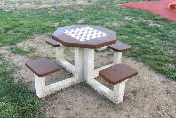 table d'échec dans un aire de jeux