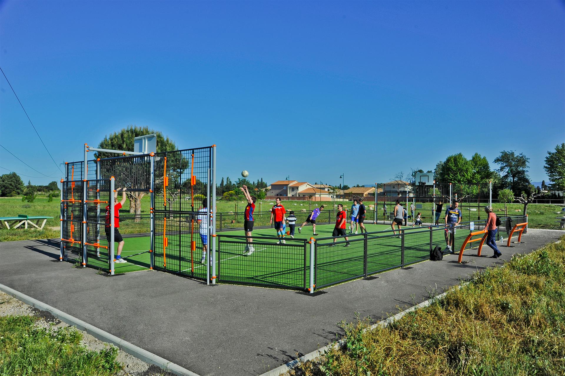 Terrain multisport et des joueurs de foot