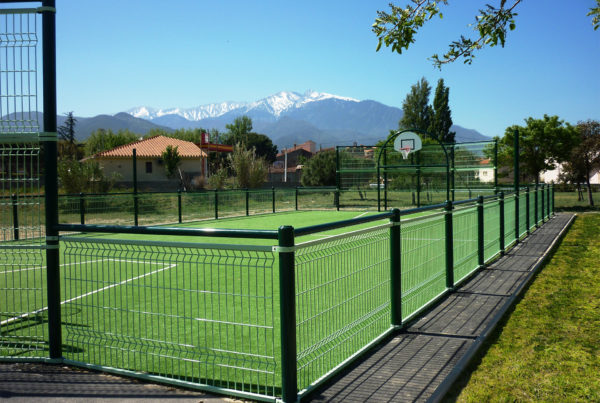 Terrain multisport et la montagne