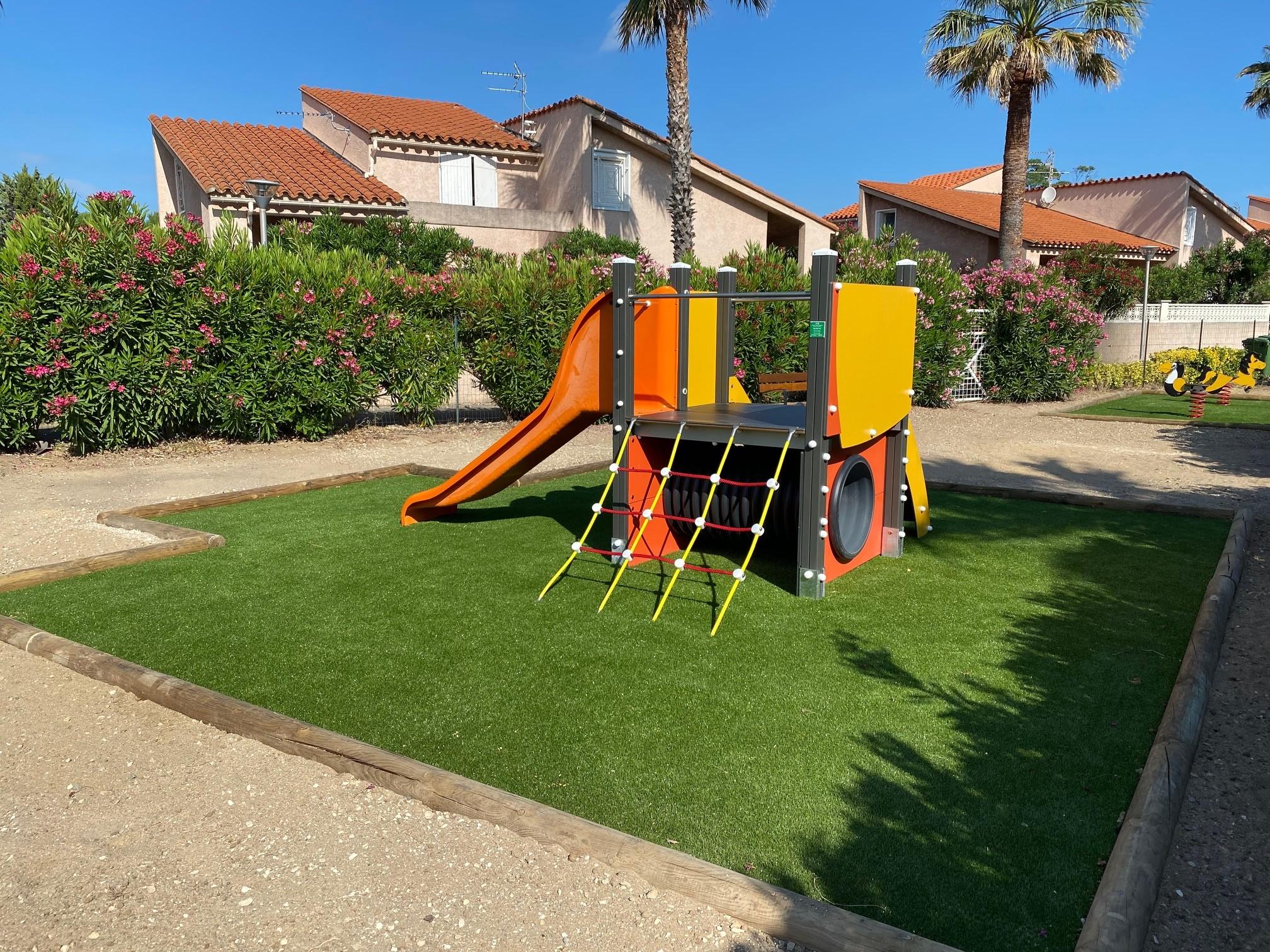aire de jeux enfants avec gazon vert